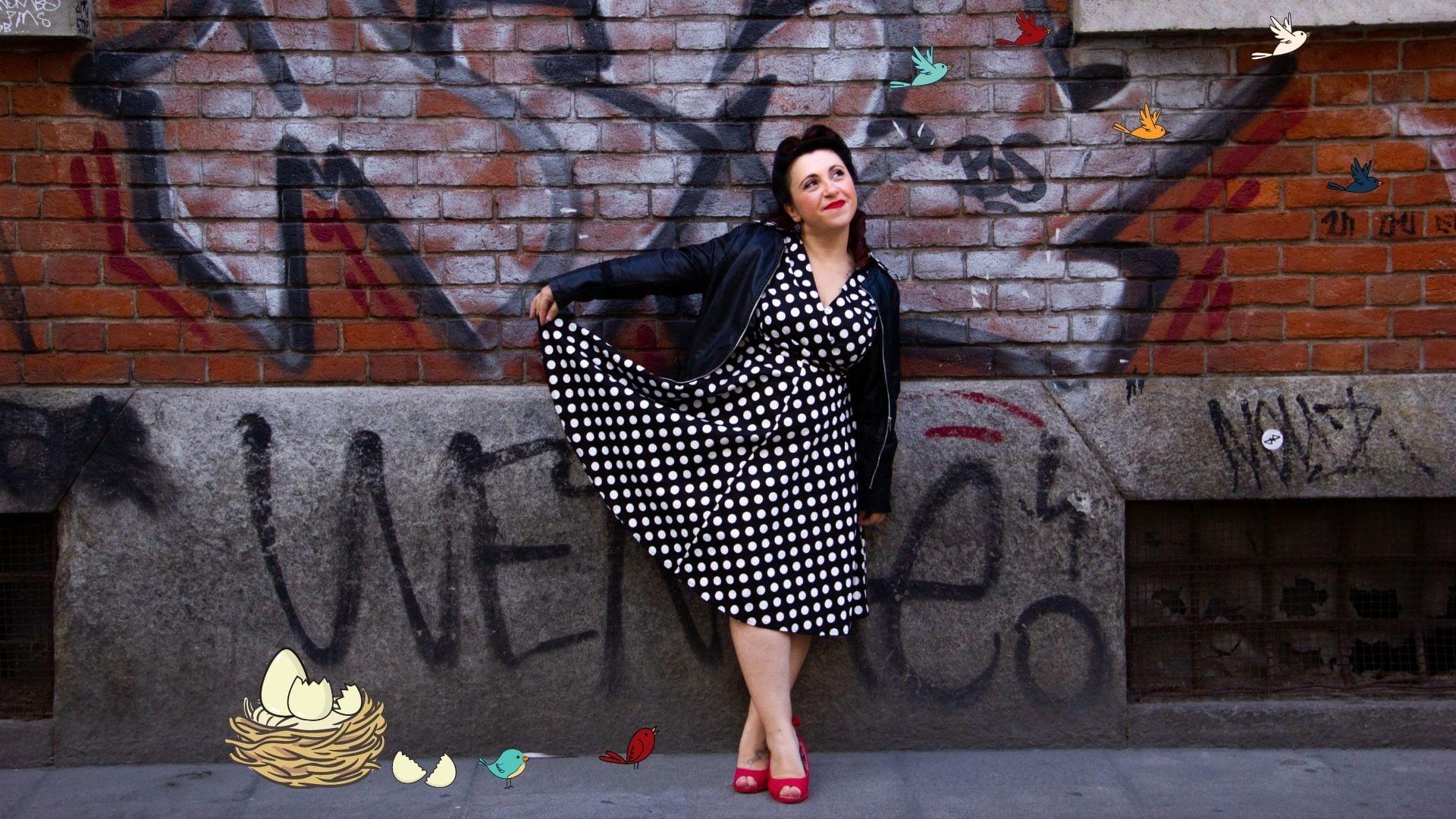 Consulente digital marketing, covatrice di freelance (nella foto c'è Alessia che gioca col suo vestito stile Cenerentola, e guarda degli uccellini prendere il volo da un nido dove si sono appena schiuse delle uova